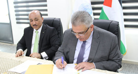 Minister Ghuneim signs the contract design of Wadi Al-Samen line